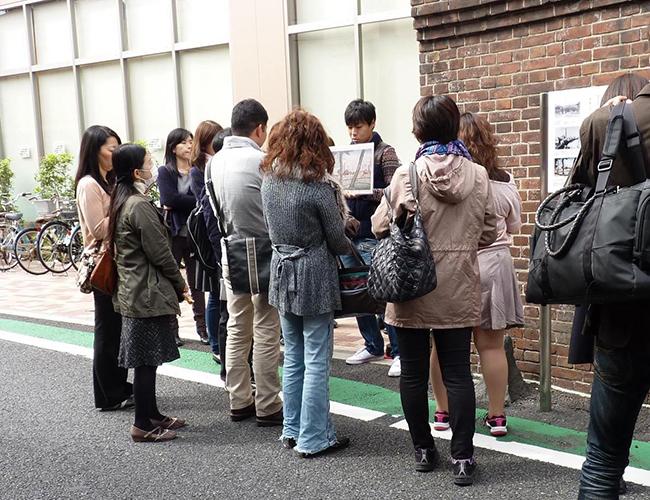 [3331 Art Fair/関連イベント] アートテラーとに〜と行く、もっと楽しく身近にアートフェアを楽しむツアー